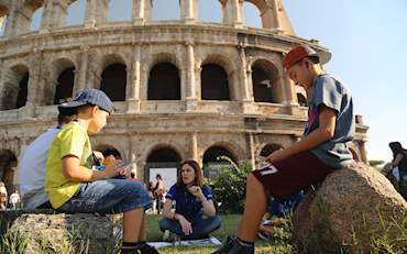 Guide with children in front of the Colosseum