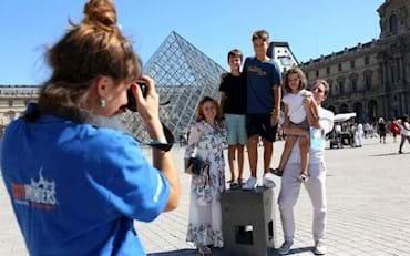 family at lourvre museum