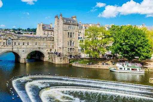 Pulteney Bridge River Avon in Bath, England