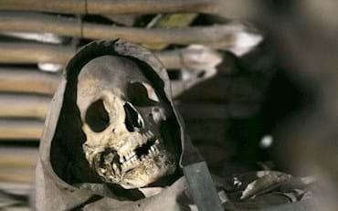 Cráneo de un monje en las criptas de los capuchinos en Roma