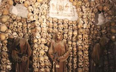 Crânes de moines aux cryptes de capucins à Rome