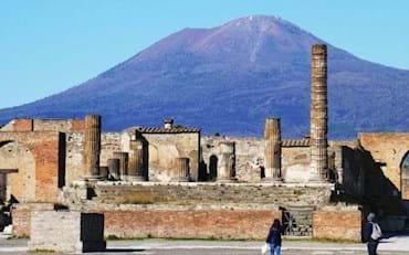 turistas visitando las Ruinas de Pompeya y Monte Vesuvio