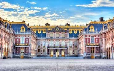 Vista frontal del Palacio de Versalles en Paris