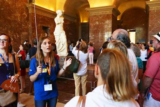 Group tour around the Venus de Milo