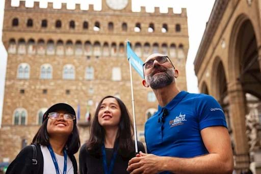 Guided tour of Florence in front of Palazzo Vecchio