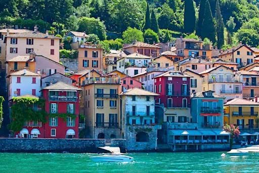 Colourful houses in Bellagio
