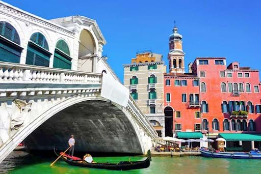 Beautiful view of the Rialto Bridge