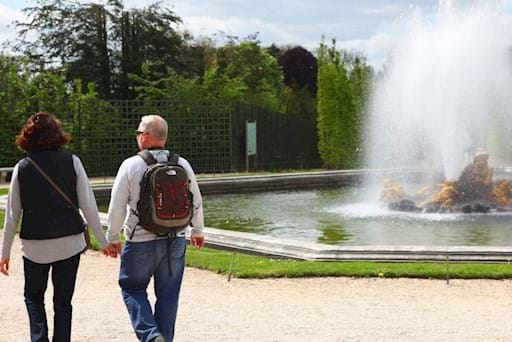 couple walking the garden of versailles