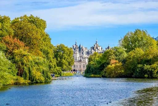 Stunning view of the lake in St James Park in London