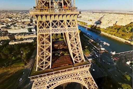 Eiffel Tower view using virtual reality in Paris